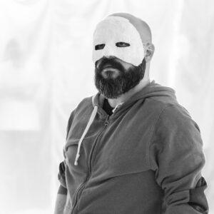 Corona goes Maske: die böse Komödie der Krise
