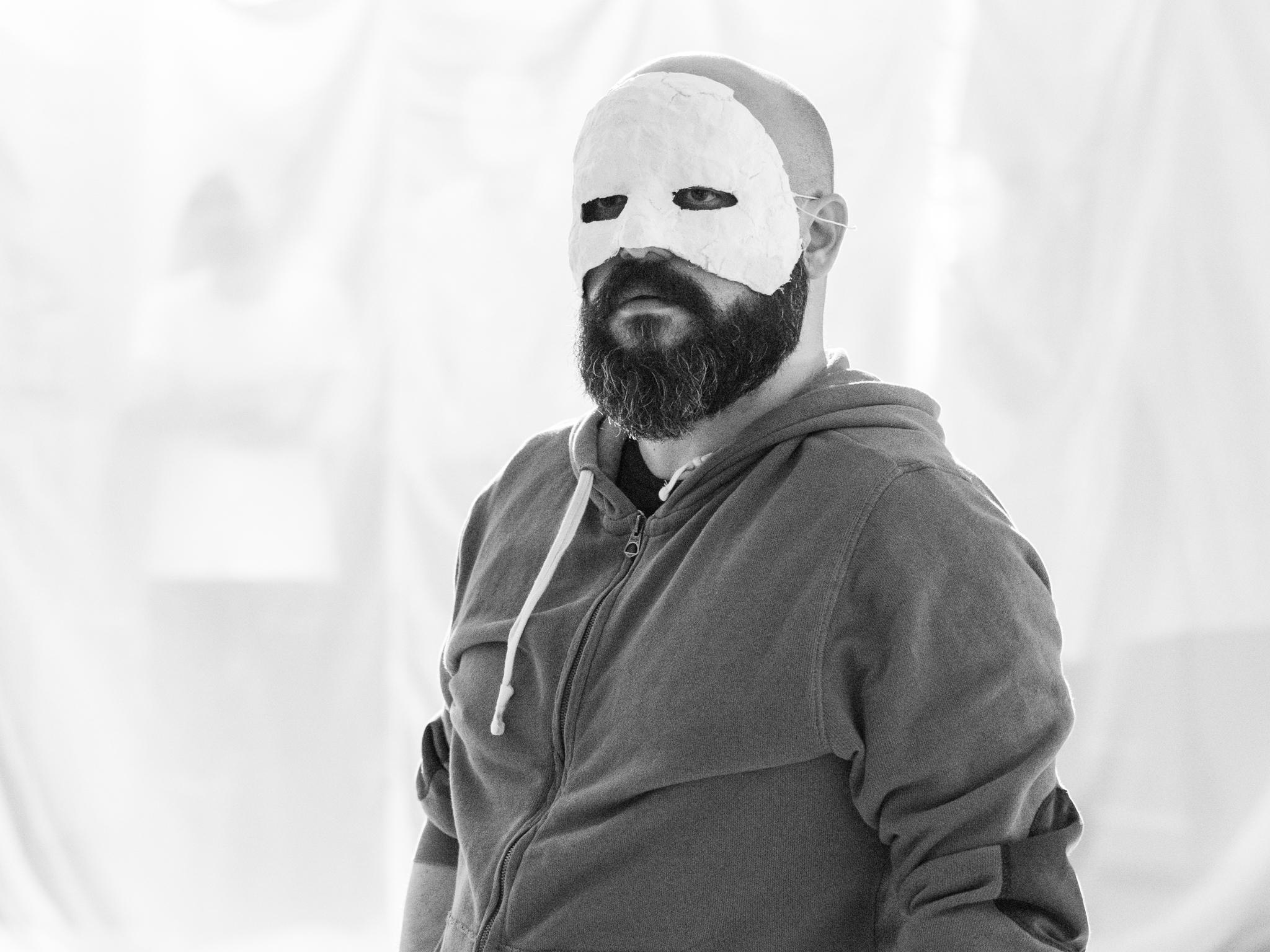 Read more about the article Corona goes Maske: die böse Komödie der Krise